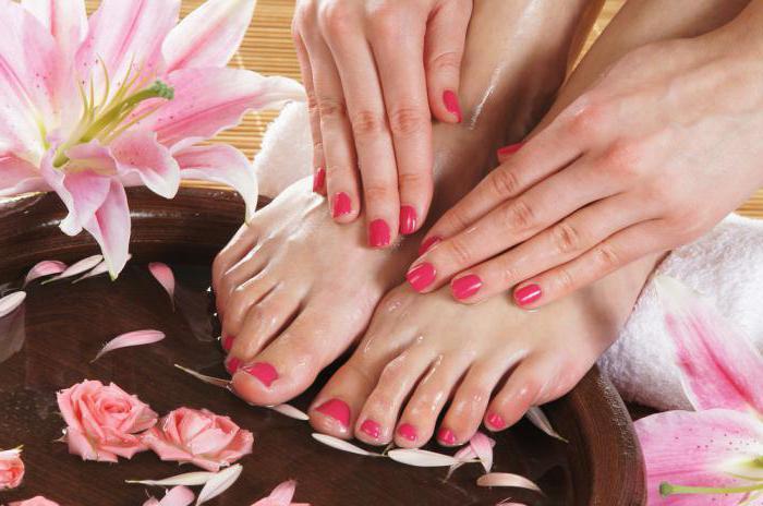 udându se între degetele de la picioare
