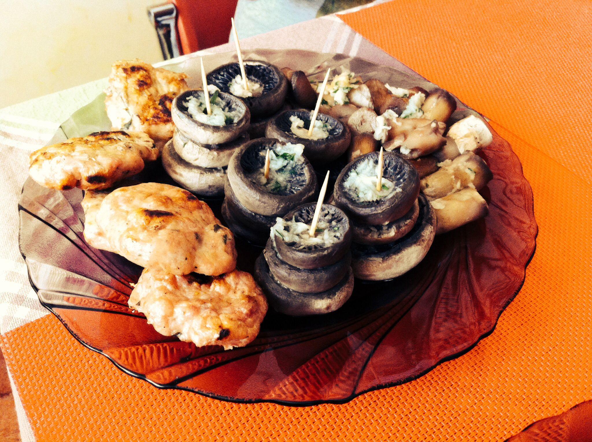 Piept de pui, cartofi natur cu branza rasa, ciuperci la grill și salata de varza 120/200/120g